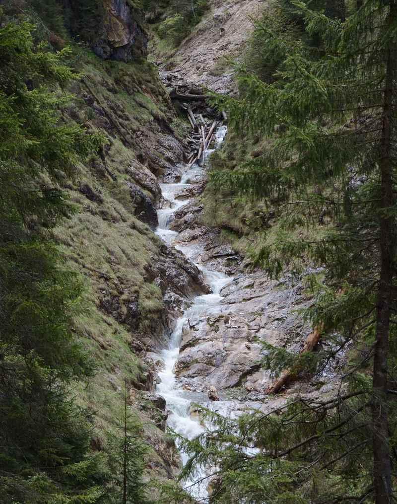 90 Meter tief hat sich der Bucher Bach in die Tuxer Alpen gegraben - das Wasser fließt in vielen Kaskaden durch die Gallzeiner Klamm
