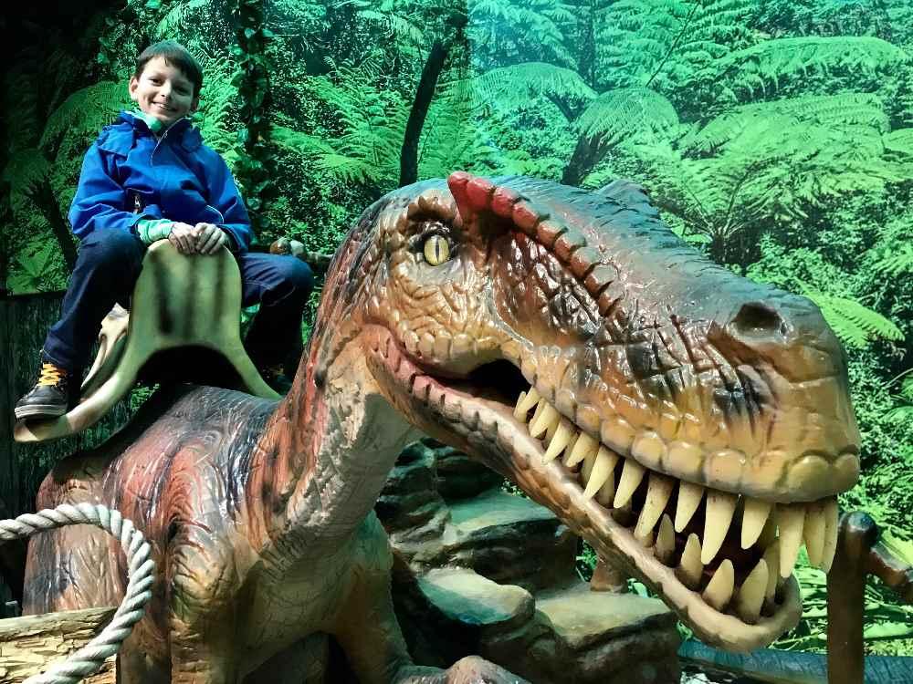 Dinoland Tirol mit Kindern: Auf einen Tyrannosaurus Rex können die Kinder hinaufsteigen und sitzen