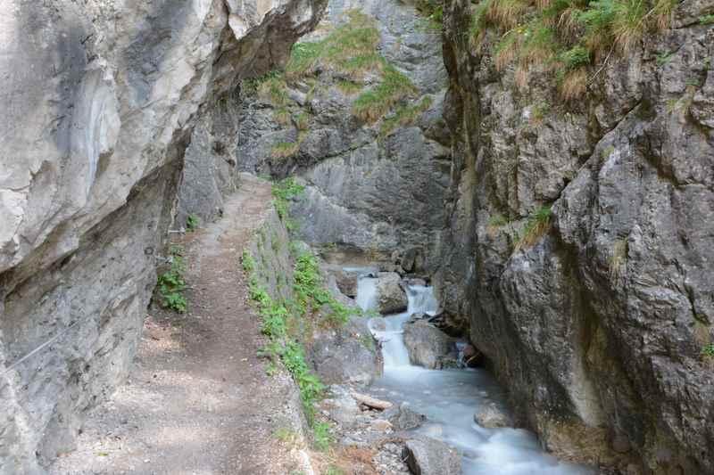 Zwischen den Felsen verläuft der Klammsteig direkt neben dem Ehnbach