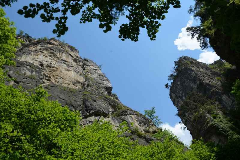 Der Blick aus der Ehnbachklamm in den Himmel - die steilen Felswände machen den Eindruck hereinzufallen