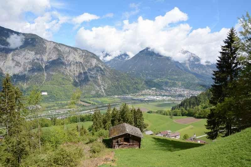 Der letzte Abschnitt auf der Frühlingswanderung in Tirol, links im Bild Schloss Tratzberg, die Berge des Karwendelgebirge und des Rofan