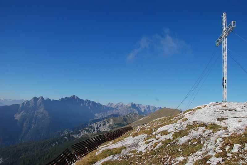 Das Gipfelkreuz am Stanser Joch - Aussichtskanzel über dem Inntal mit Sicht zum Alpenhauptkamm samt Tuxer Gletscher