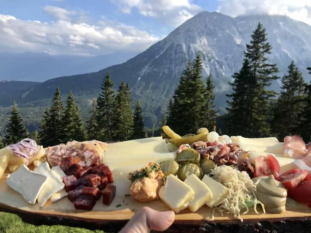 So gut ist das Essen auf der Wettersteinhütte - samt diesem Panorama!