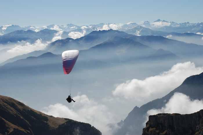 Scheinbar schwerlos über die Gipfel des Karwendel mit dem Gleitschirm fliegen und die Alpen bestaunen