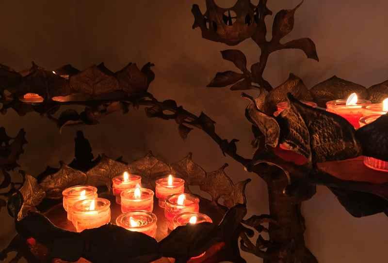 Hier kann auch eine Kerze in der bekannten Kirche im Karwendel angezündet werden