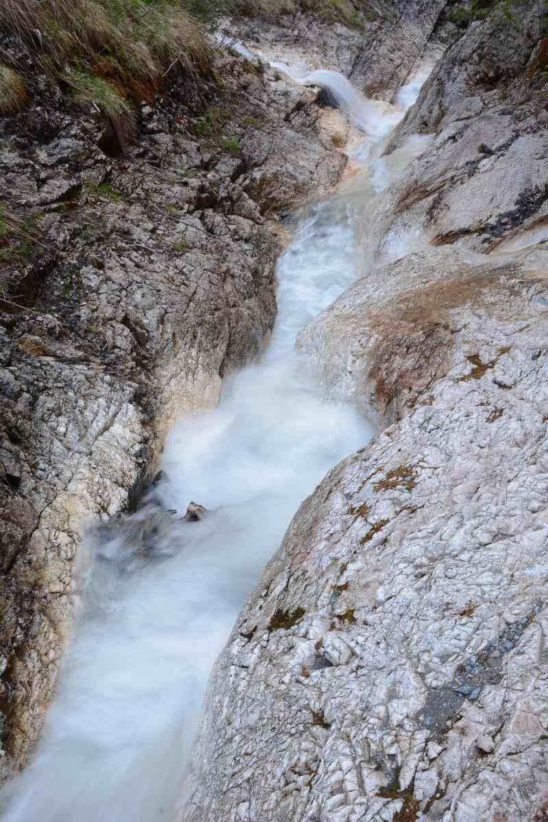Das rauschende Wasser in der Klamm unterhalb der Koglmoosalm in Gallzein