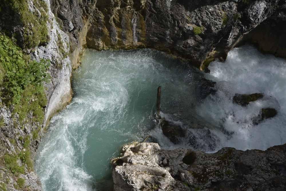 Von den Brücken kannst du hinunterschauen auf das Wasser in der Klamm