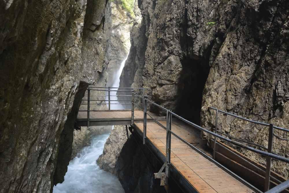 Bis zum 23 Meter hohen Wasserfall geht es rund 250 Meter durch die Felsen, dann must du wieder umkehren und zurück.