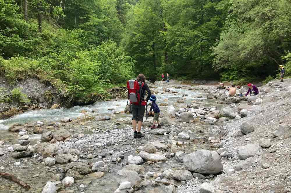 Das klare Wasser im Flußbett vom Bergbach ist ein Naturspielplatz für Kinder - und Eltern!