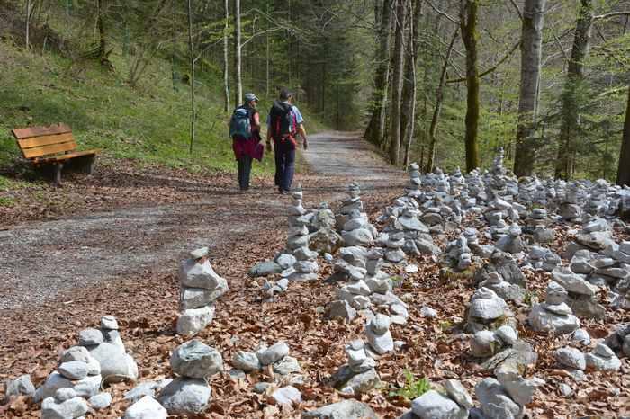 Der Steinmännchen Kraftplatz - mit den Steinmandl unterschiedlicher Größe, direkt am Wolfsklamm Wanderweg