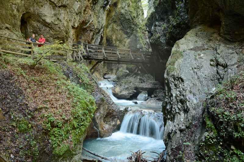 Einer der schönsten Blicke in der Wolfsklamm: Von der Brücke direkt über dem Wasser