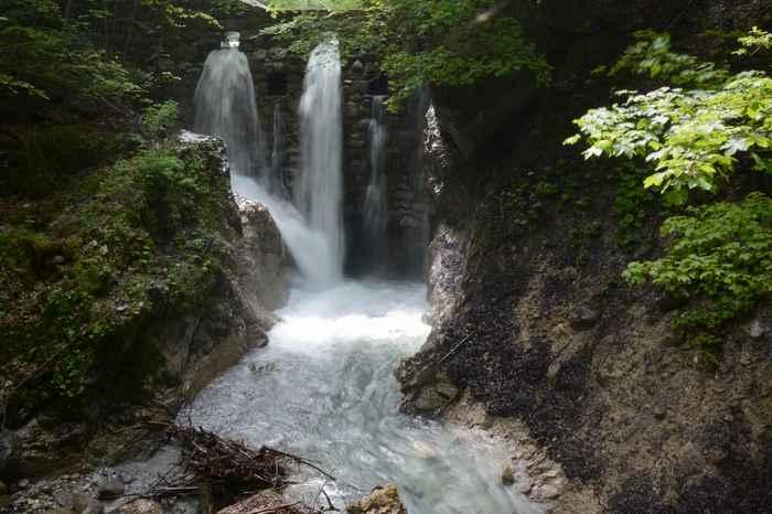 Der oberste Wasserfall in der Wolfsklamm, besonders schön im Frühling nach der Schneeschmelze im Karwendel