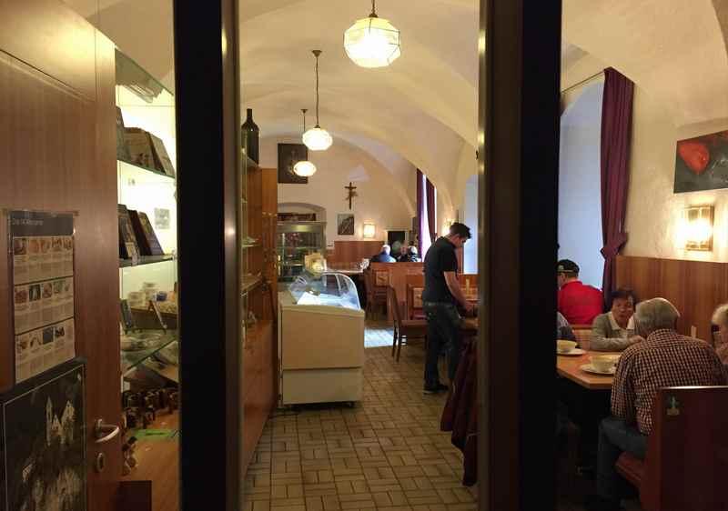 Das St. Georgenberg Gasthaus, die Wallfahrtseinkehr neben der Kirche - auch wenn man nicht wallfahrten war schmeckt es gut.