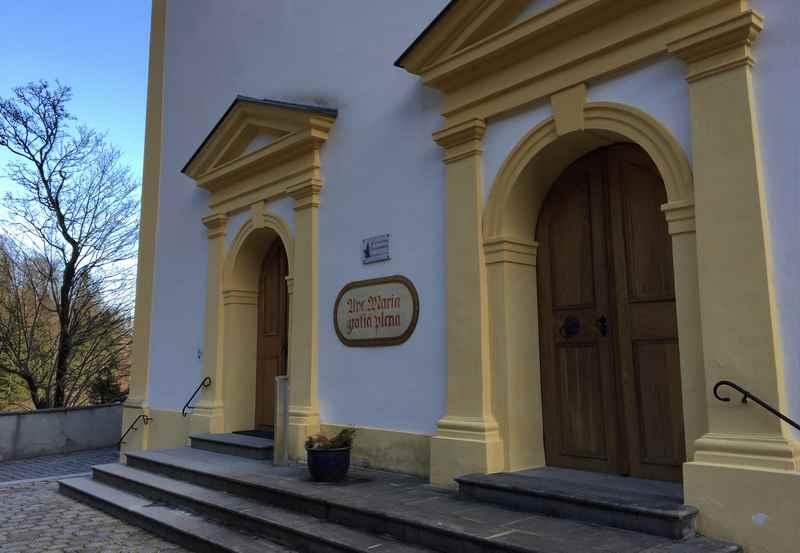 Wallfahrten in Tirol: Durch diese beiden Türen kommt man in die Kirche hinein