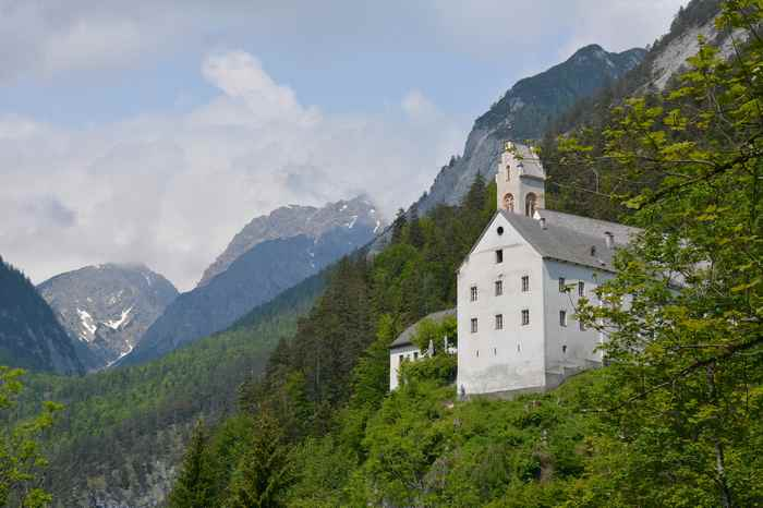 Ein schöner Ausblick vom Wallfahrterweg auf das Kloster St. Georgenberg in Tirol