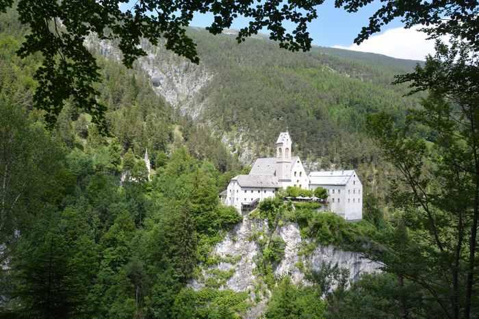 Das Felsenkloster St. Georgenberg liegt auf einem Felsen, oberhalb vom Platz mit den Steinmännchen