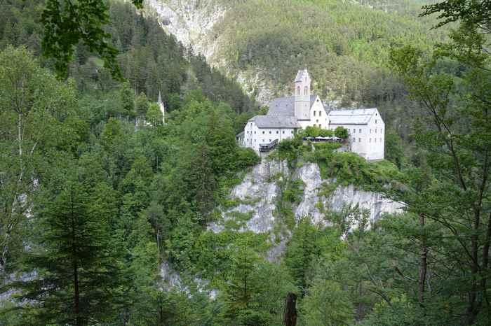 Zuerst durch die Wolfsklamm wandern, vorbei beim Kloster St. Georgenberg und dann steil hinauf auf das Stanser Joch - über das Ochsenkar wandern im Karwendel