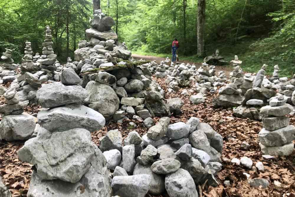 An den Steinmandln geht es hinter der Wolfsklamm romantisch im Wald weiter