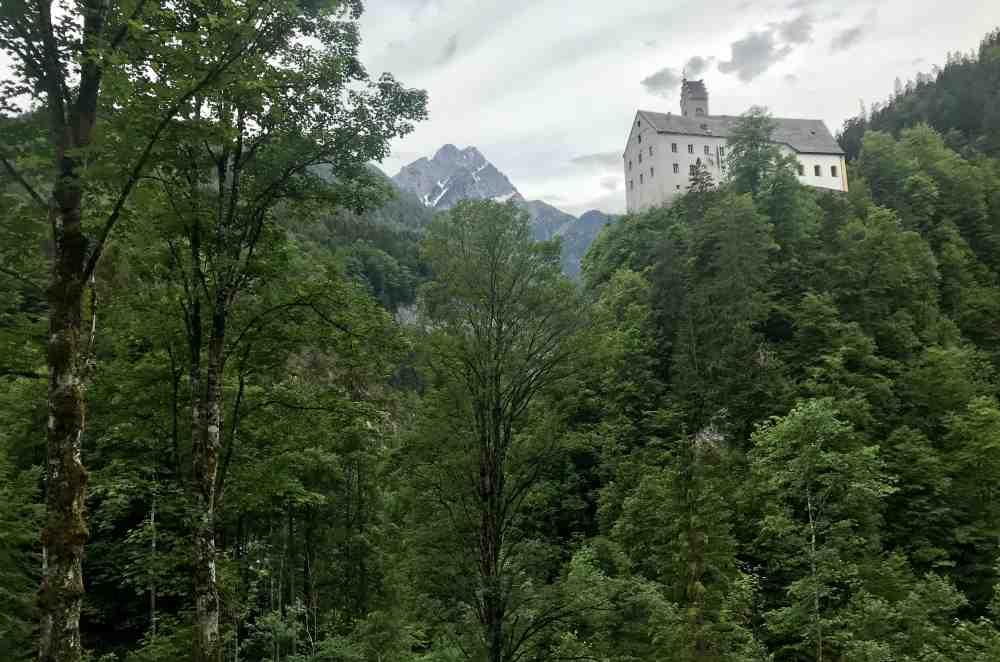Vom Wanderweg schauen wir auf St. Georgenberg