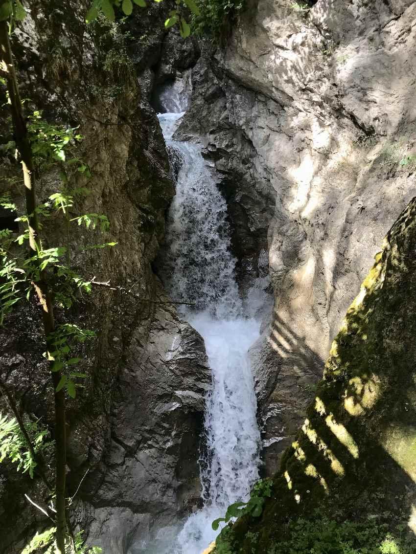Wasserfälle mit vielen Kaskaden und tiefe Gumpen mit glasklarem Wasser