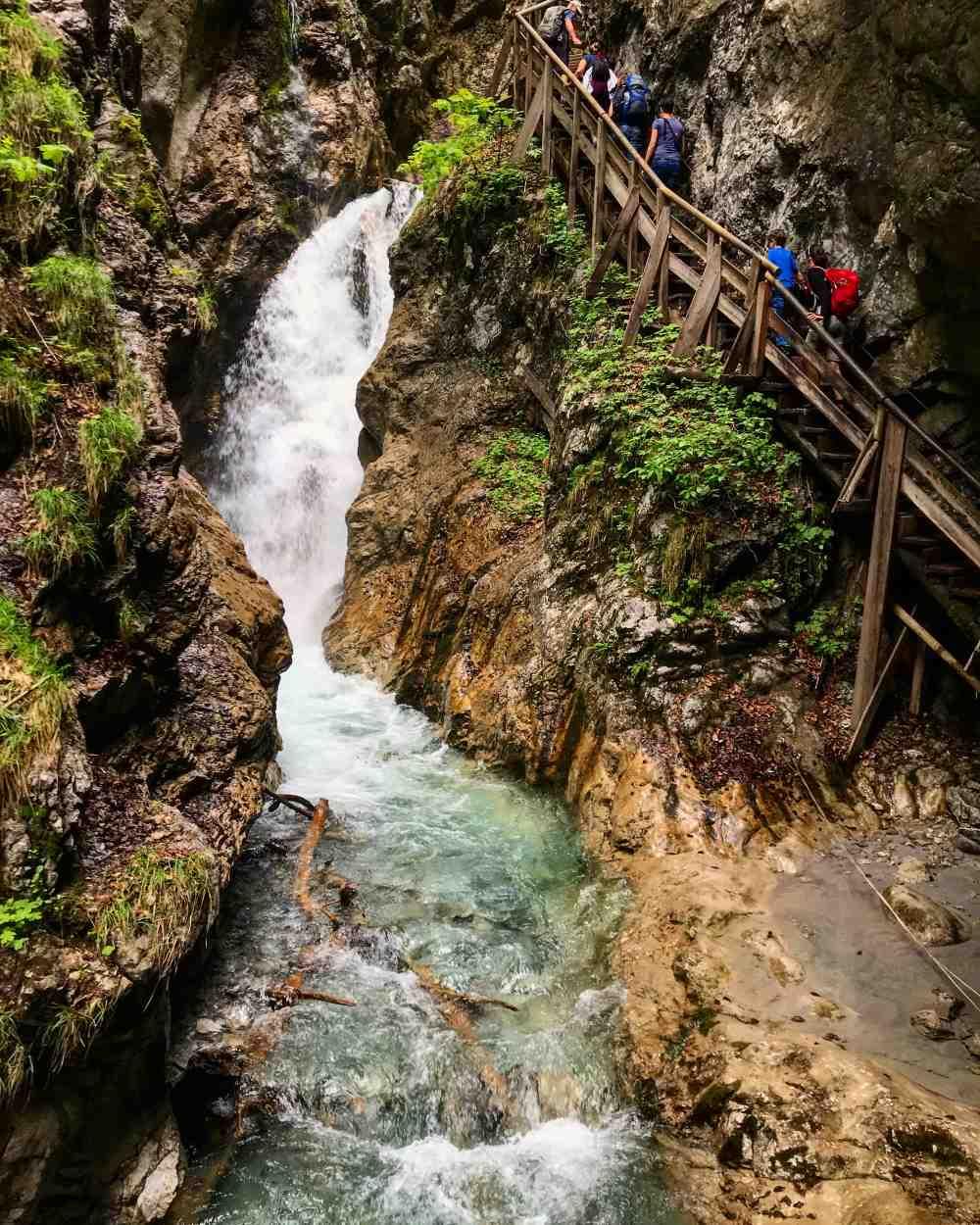 Über die steilen Stufen hinauf, nebendran der Wasserfall - das gefällt den Kindern