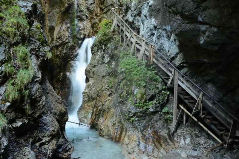 Meterhoch sind die Wasserfälle in der Klamm, an diesem führt der Wanderweg direkt vorbei