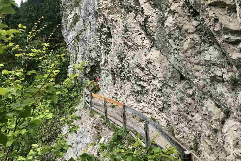 Hinter dem Kassenhaus führt der Steig am Felsen entlang - zum Wandern kein Problem