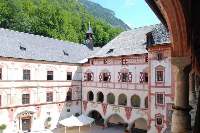 Der prächtige Innenhof von Schloss Tratzberg in Stans (Tirol)
