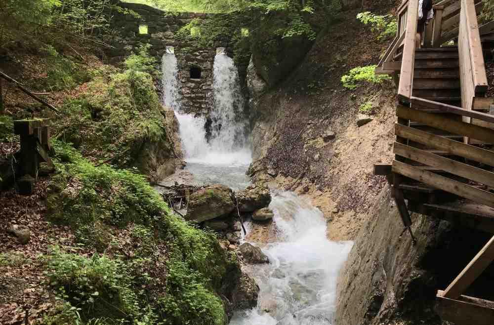 Diese Staumauer hält die großen Steine und Bäume zurück - im Frühling kommt ein großer Wasserschwall durch die Öffnungen