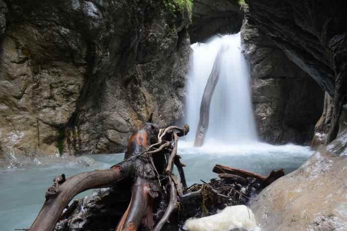 Das tosende Wasser in der Wolfsklamm Schlucht in Tirol
