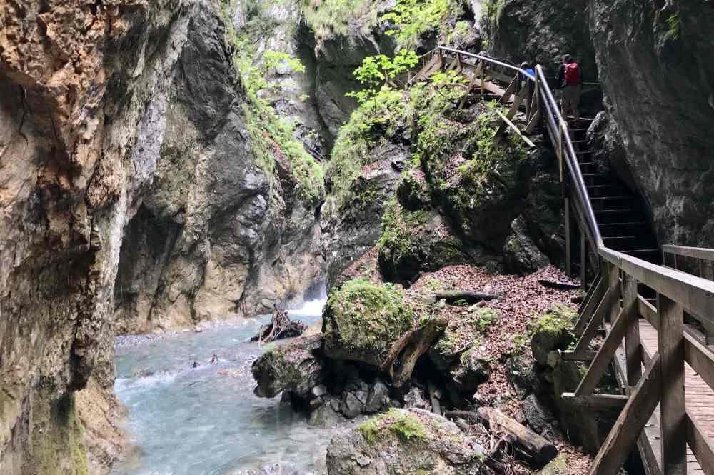 Schmale Wege, Stufen nahe am Wasser, türkisblaue Gumpen - das lieben auch Kinder beim Wandern