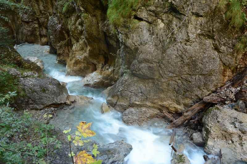 Durch mehrere Becken fließt das Wasser hinunter nach Stans