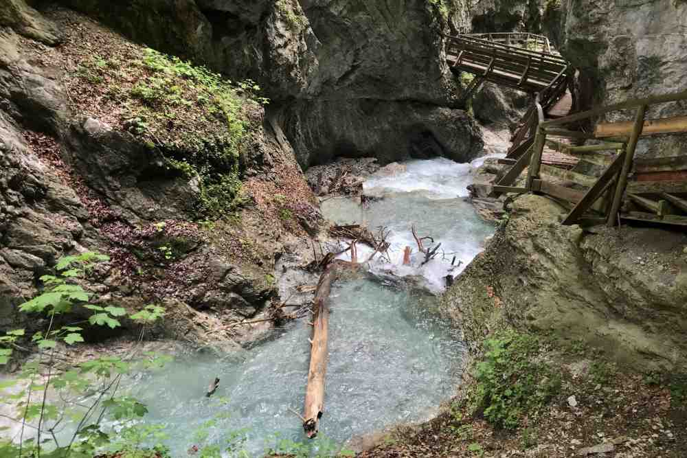 Idyllisches grünes Wasser im Karwendel - die Familienwanderung durch die Wolfsklamm