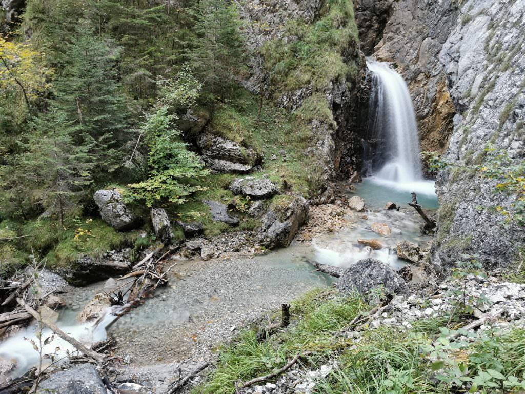 Frühlingswanderung in Tirol: Entlang der Wasserfälle durch die Wolfsklamm