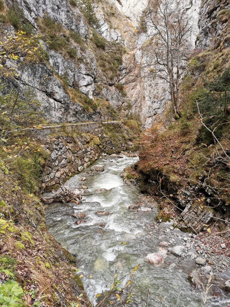 Klamm Tirol wandern im Herbst
