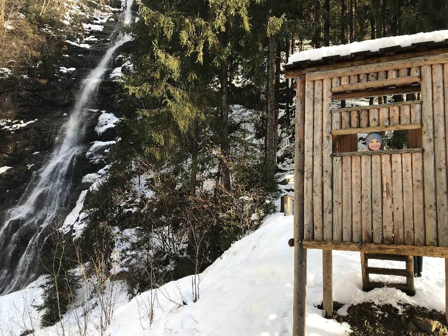 Winterwandern im Zillertal mit Kindern - zum Schleierwasserfall in Hart