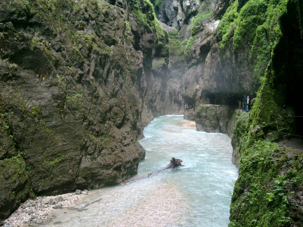Partnachklamm wandern - links die Partnach, rechts der Tunnel in den Felsen