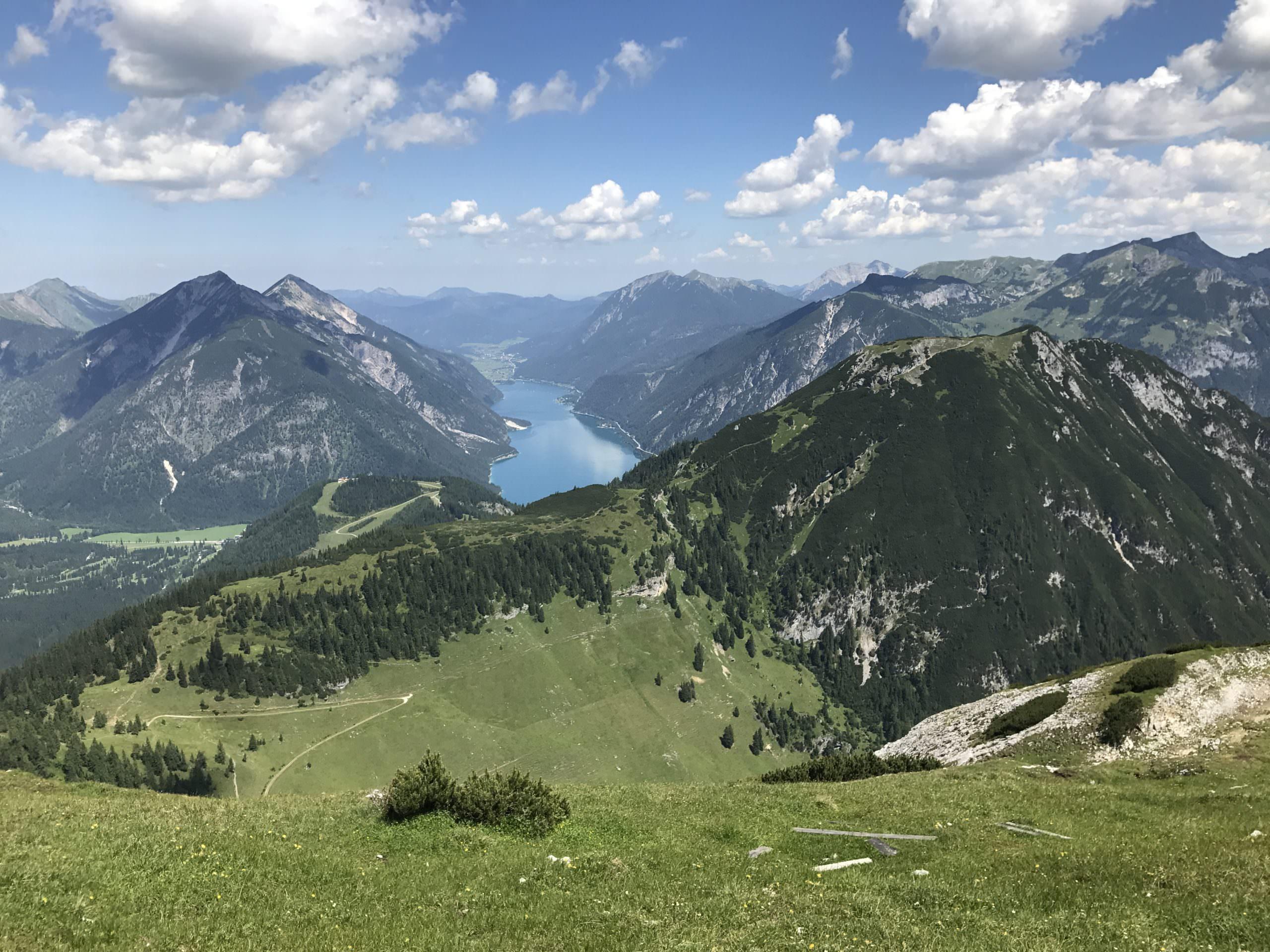 Das ist der Ausblick vom Stanser Joch in Richtung Achensee mit dem Karwendel und dem Rofan