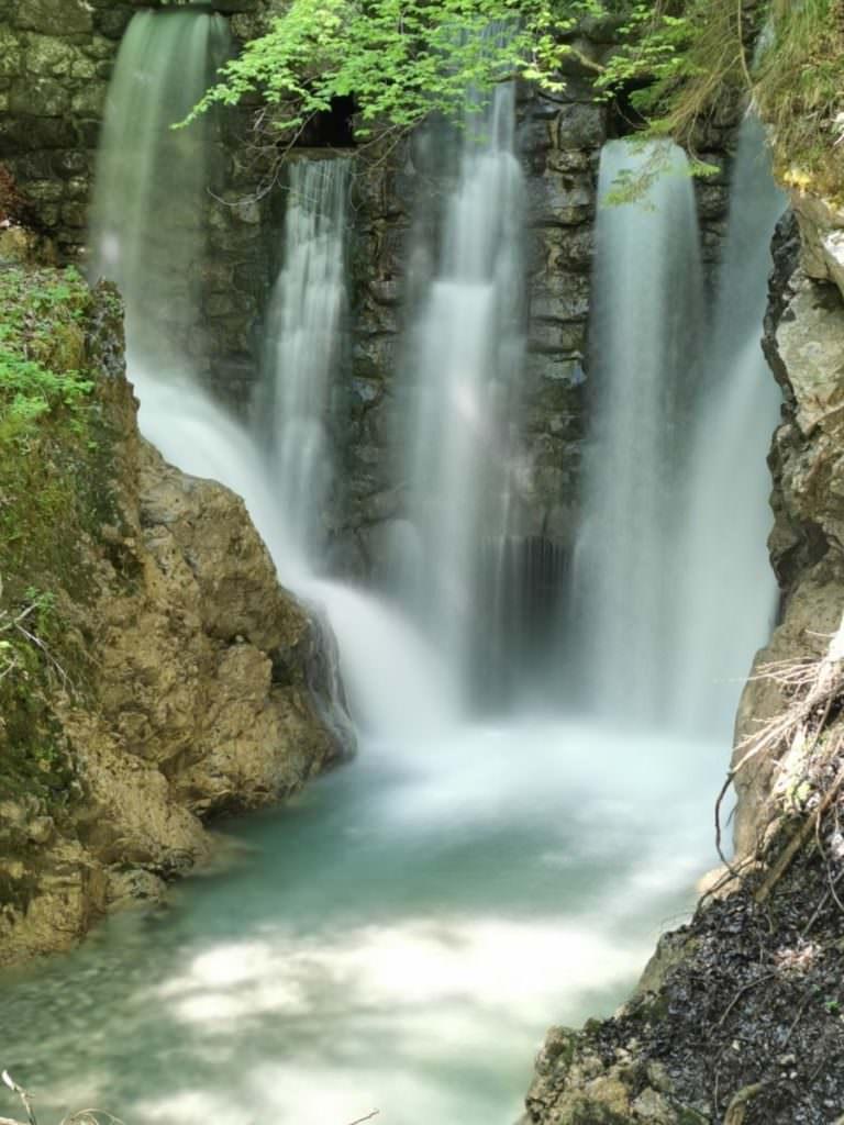 Im Frühling besonders eindrucksvoller Wasserfall in Tirol: Der große Wasserfall am Ende der Klamm