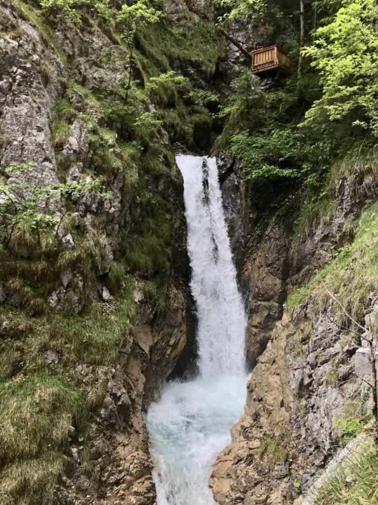 Beeindruckender Wasserfall in der Wolfsklamm - vom Klammsteig zum Greifen nah!