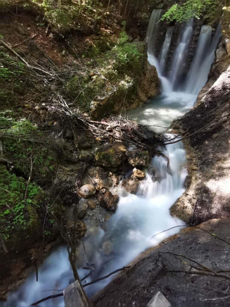 Wolfsklamm Bild - Der oberste Wasserfall in der Wolfsklamm, besonders schön im Frühling nach der Schneeschmelze im Karwendel