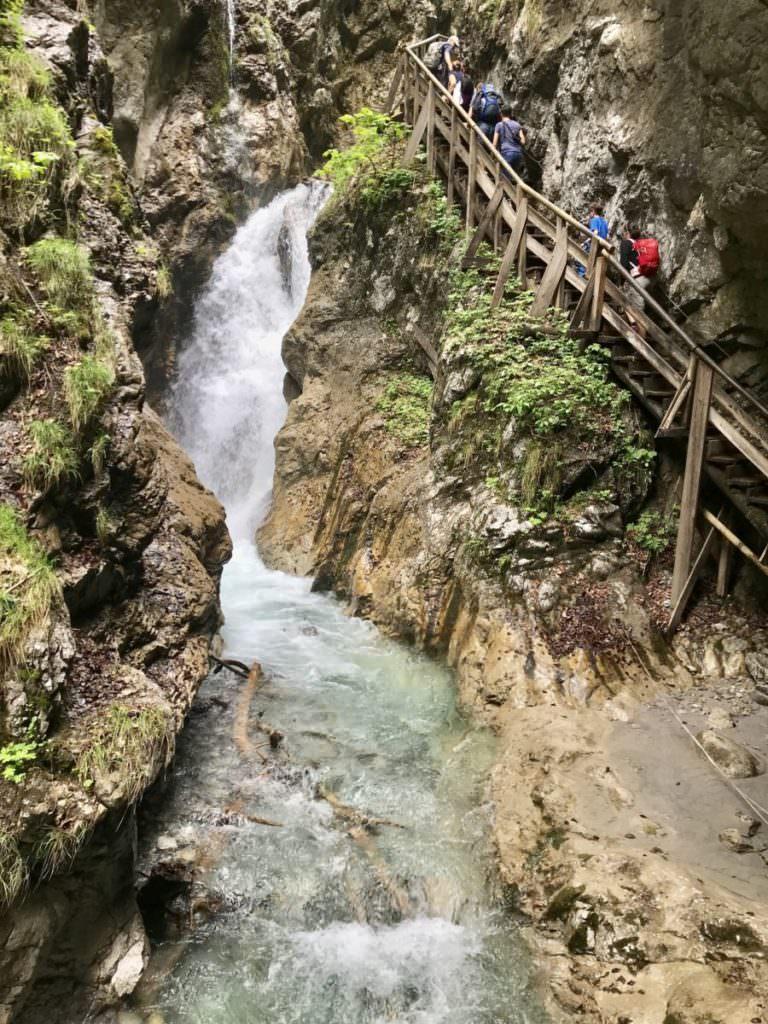 Der große Wasserfall links und oben ganz klein die Aussichtsplattform - so groß ist dieser Wasserfall in der Wolfsklamm