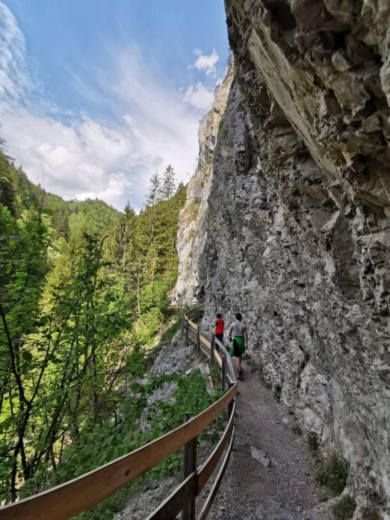 Die Wolfsklamm Wanderung führt aus dem Ort Stans hinaus, entlang der Felswände