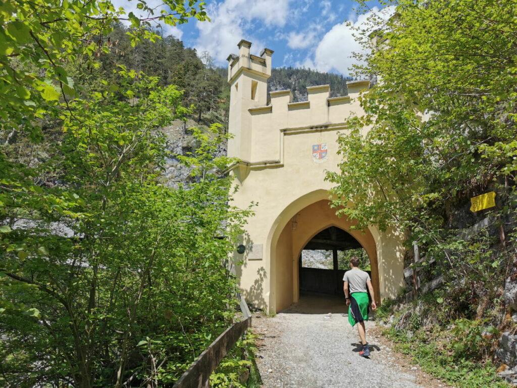 Über die Hohe Brücke führt die Wanderung nach St. Georgenberg im Karwendel
