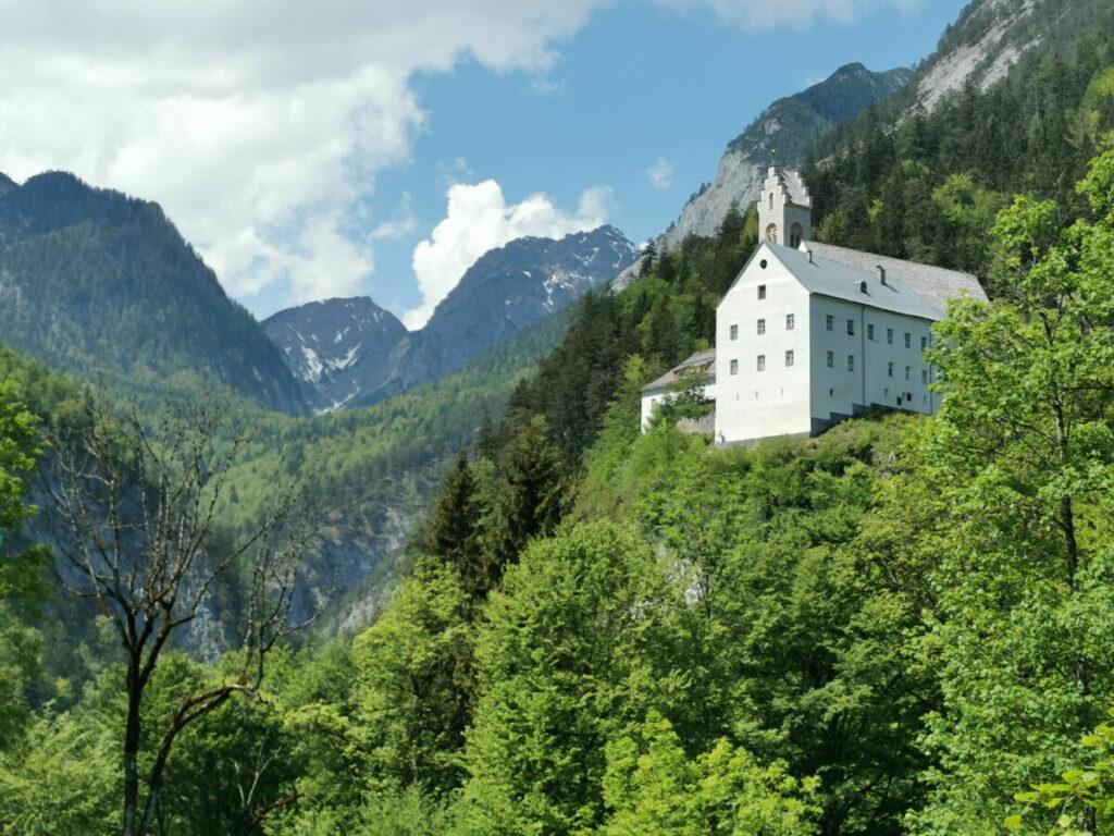 St. Georgenberg vom Kirchfahrterweg nach Stans aus gesehen, mit dem Karwendelgebirge im Hintergrund