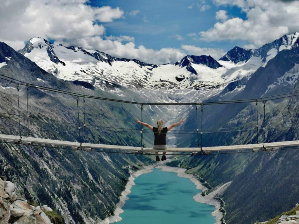 Sehenswürdigkeiten Alpen - die Zillertal Brücke mit Aussicht auf Berge und See