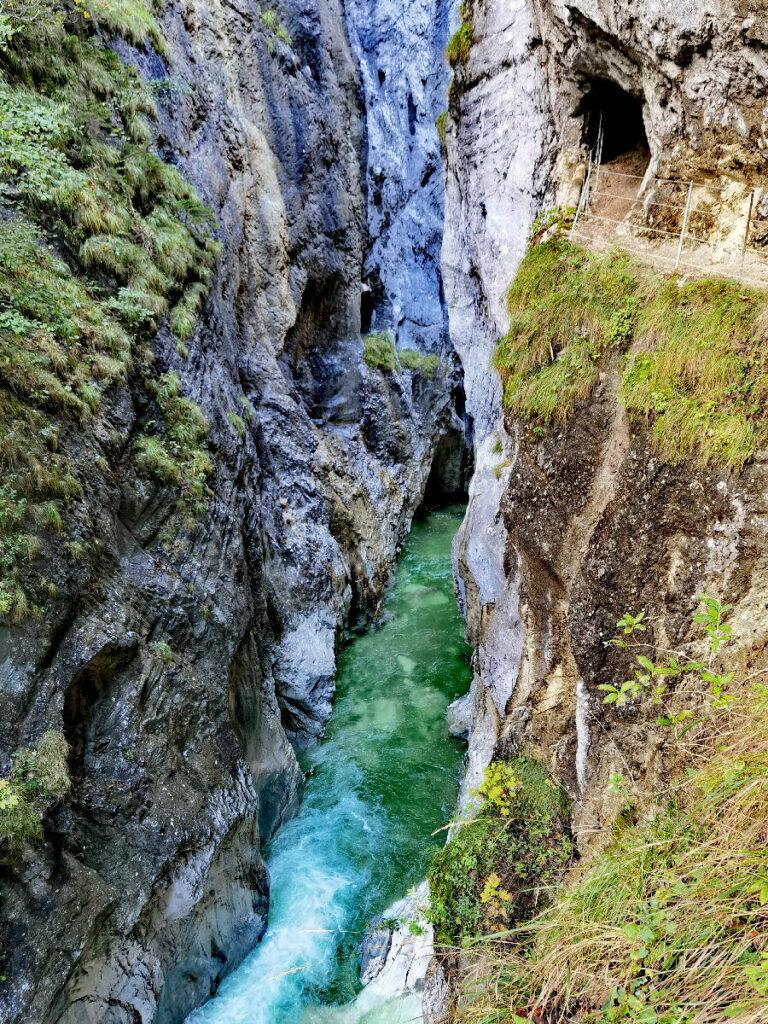 Hoch sind die Felsen hier in der Kaiserklamm, rechts siehst du den Wandersteig samt Tunnel