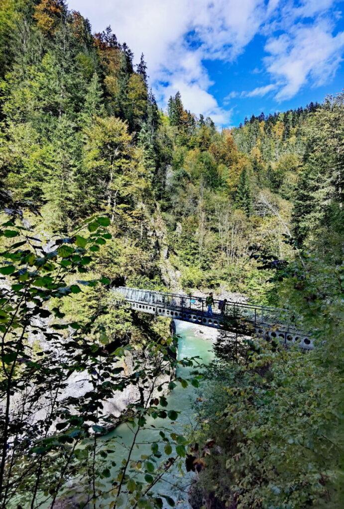 Tiefenbachklamm Wanderung über Brücken: Beim Wandern wird drei Mal die Brandenburger Ache gequert