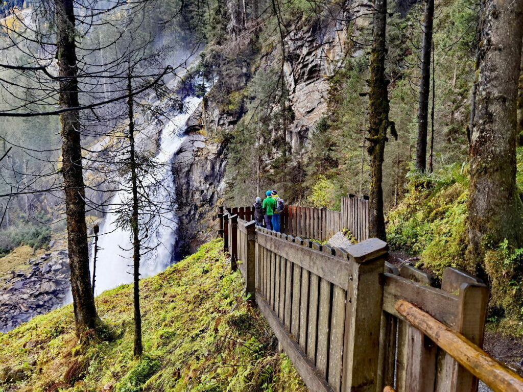 Krimmler Wasserfälle beobachten - das kannst du an mehr als 10 Aussichtspunkten: Manchmal eine Aussichtskanzel, dann wieder eine große Plattform