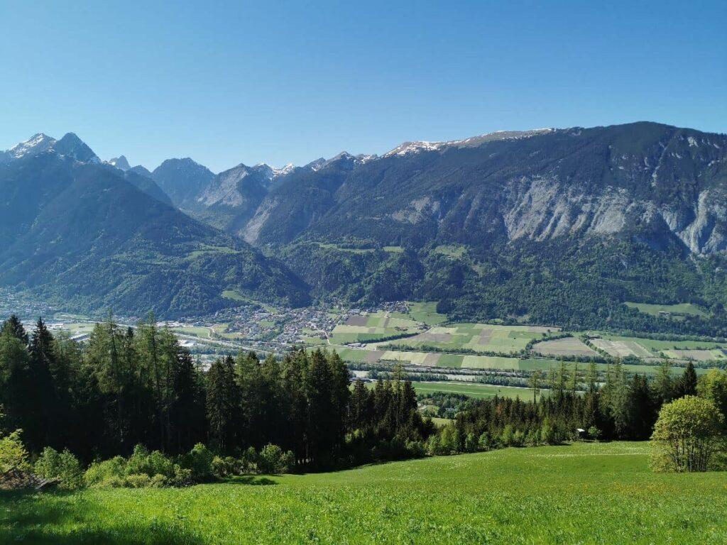 Blick auf Stans in Österreich mit dem Karwendel